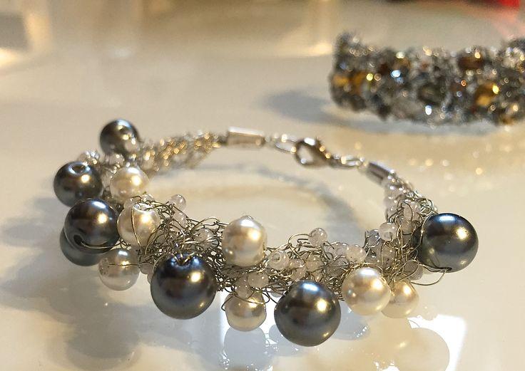 GREY - Bracciale in filo metallico argento, perle sintetiche e perline di conteria. Chiusura fissa a moschettone.