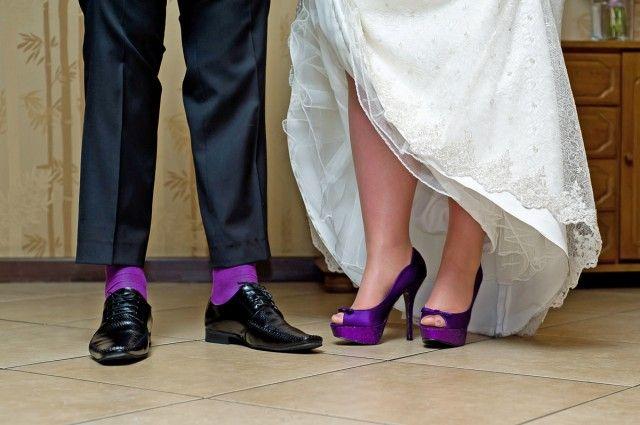 Kolorowe buty i skarpety do ślubu coraz popularniejsze.