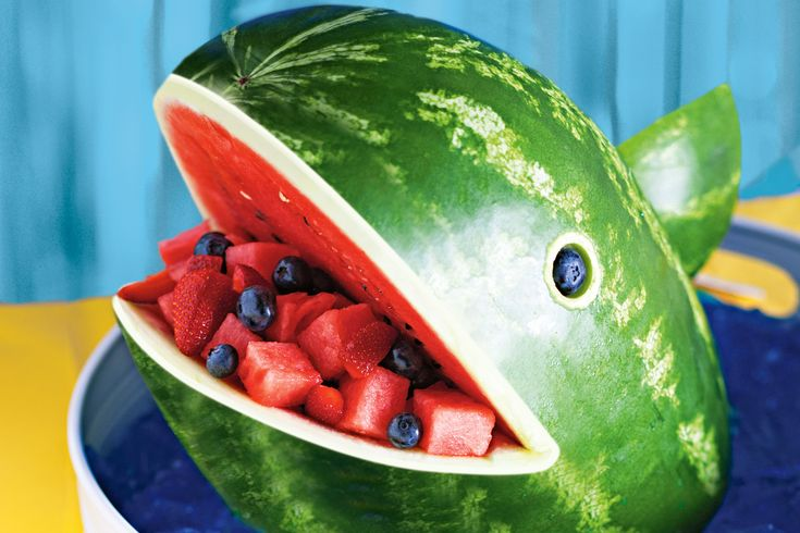 Here is the best way to guarantee your kids have a whale of a time at their birthday party, with this clever watermelon whale fruit centrepiece!