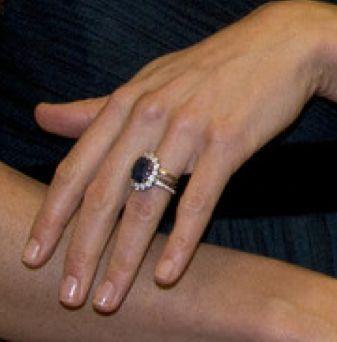 Ein neuer Ring an Kate's Finger. Neben dem Verlobungsring und ihrem goldenen Ehering trägt sie seit neuestem einen schmalen, diamantbesetzten Ring. Ein Geburtstagsgeschenk von William?