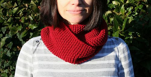 Never Knit Before Cowl.  A beginner's knit with the free pattern download assuming no knowledge of how to knit.
