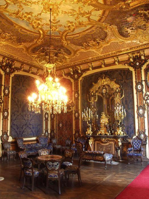 Castello di Moncalieri.Il 5 aprile 2008 uno dei torrioni è stato danneggiato da un incendio, con la distruzione della Sala del Proclama di Moncalieri mentre l''appartamento del Re e della Regina, sono visitabili come lo è della Principessa Maria Letizia Savoia Bonaparte (cit.Camperarcobaleno)