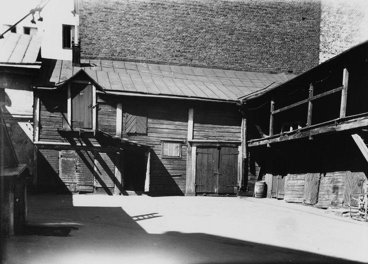 Unioninkatu 16, pihan puolelta.   Brander Signe HKM 1930—1939   Helsingin kaupunginmuseo   negatiivi ja vedos, lasi paperi, mv