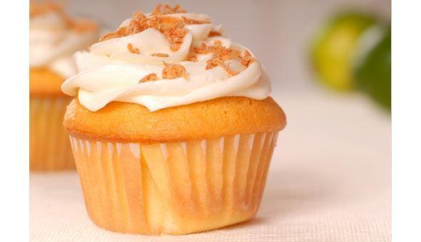 Muffins de coco tostado con crema de mantequilla