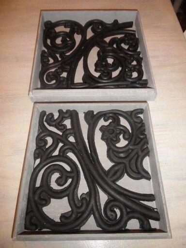 Stukjes rubberen deurmat in dienblaadjes. Dan verven met krijtverf en boenwas.