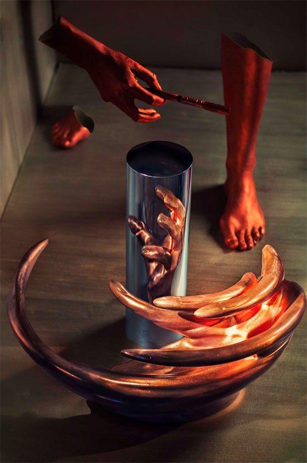 Essa escultura só pode ser decifrada se refletida em um espelho!