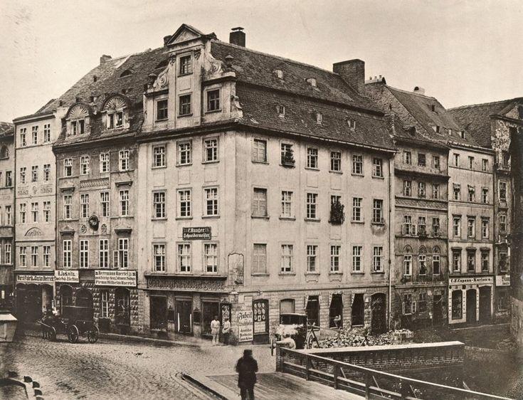 Zbieg Ohlauer Strasse i Weiden Strasse (obecnie ul. Oławska i Wietrzbowa). Zdjęcie unikatowe, nieznany fotograf utrwalił most nad wewnętrzną , średniowieczną fosą. Tak zwaną Oławę wewnętrzną zasypano w 1866 roku, bo była źródłem licznych epidemii    Cały tekst: http://wroclaw.wyborcza.pl/wroclaw/5,35762,16955292.html?i=6#ixzz4jcM5y5L4