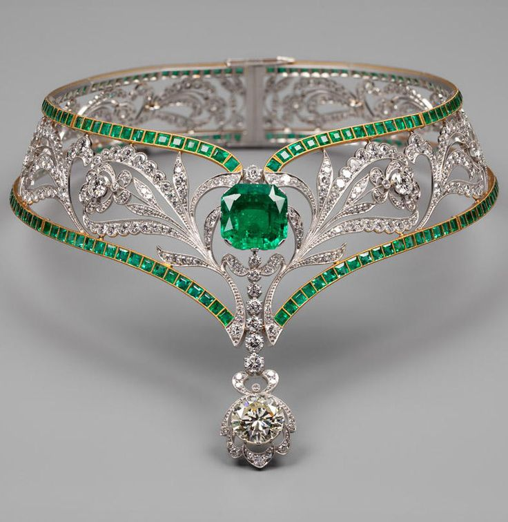 A necklace. Design: Viktor Nikolayev. Jewelers: Viktor Nikolayev, Gennady Aleksakhin, 1977. Platinum, gold, diamonds, emeralds. Weight 143.80gr. http://visualrian.ru/en/site/lightbox/6658/?startfrom=72