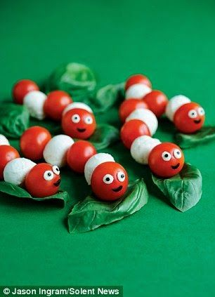 Kindertraktaties: Mozzarella-tomaat rupsjes