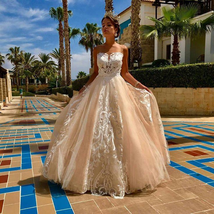Очаровательное, волшебное, прекрасное и самое красивое платье от Julija Bridal Fashion! Дорогие невесты, если вы хотите удивить всех вашей красотой и красотой этого платья - то оно точно для вас! Цвет шампанского, шикарные кружева и очаровательная открытая спина с рукавами! Что еще может понадобиться для полного счастья?  Kāzu salons Jūlija www.kazu-salons.lv  www.facebook.com/kazusalonsjulija