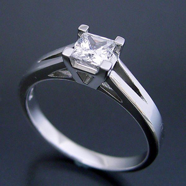 プリンセスカットのダイヤモンドを使った重厚な婚約指輪[PR040]
