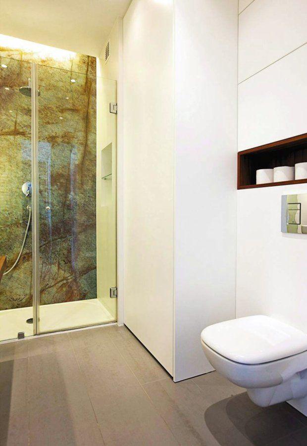 WOLNY NAROŻNIK. Na pojemne schowki przeznaczono fragment ściany między sedesem a kabiną prysznicową. W wysokiej szafie z lakierowanej na bia...