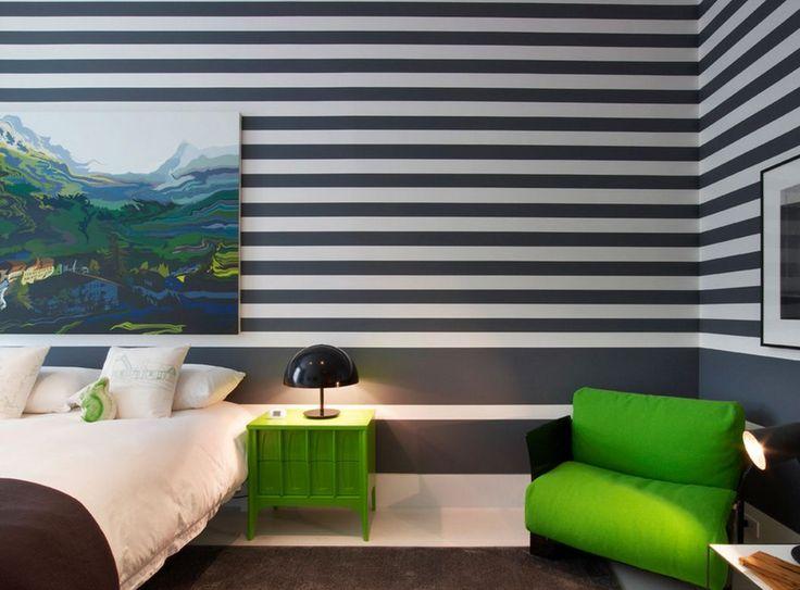Полосатые обои - лучший фон для картины в спальне
