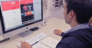 18. Hazte diseñador web o vende tus fotos  Si te gusta retocar fotos con Photoshop o crear bonitas ilustraciones en este programa, piensa seriamente en dedicarte al diseño gráfico.  Puedes hacer plantillas para blogs, páginas web, o diseñar fotos que sirvan como salvapantallas.  También puedes tomar tus propias fotografías, imprimirlas y venderlas en forma de pósters o cuadros.