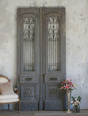 Oude grijze deuren