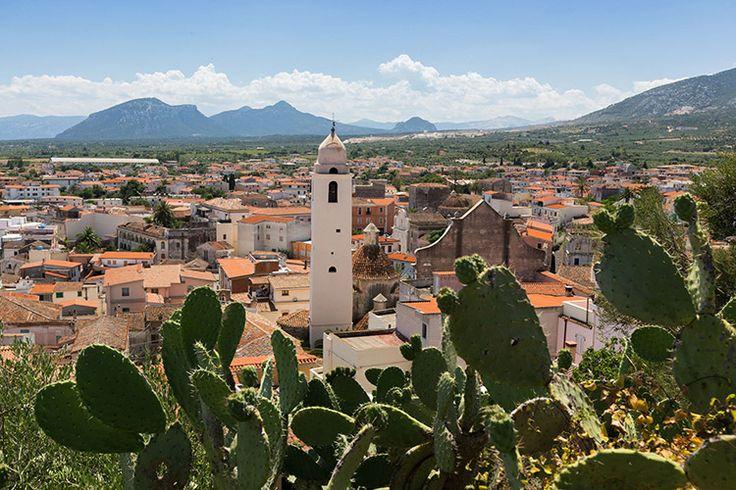 Stadje Orosei (oosten) - Orosei is een havenstad gelegen aan de oostkust van Sardinië, aan de monding van de rivier Cedrino. Het is de centrale uitvalsbasis voor de schitterende Golf van Orosei, een van de mooiste kustlijnen van de Middellandse Zee met spectaculaire rotsbaaien, kraakhelder water en diverse zeegrotten. De sfeer is er minder 'jetsetterig' dan aan de duurdere Costa Smeralda