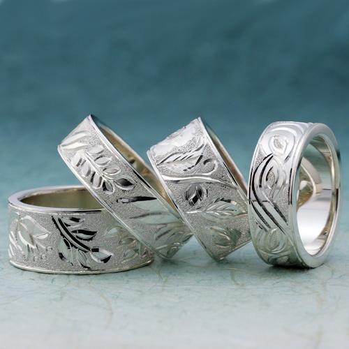手彫り11種  輪が最も得意とする手彫り。   11種のデザインモチーフから彫り柄を選ぶことができます。   モチーフ01~05は花を、モチーフ06~11は和歌をイメージしました。   それぞれに花言葉や和歌がついたストーリー性のあるロマンチックな作品です。   素材は花4種と同じピンクゴールドとホワイトゴールドのツートンカラーやパラス、イエローゴールド、シルバーからお選び頂けます。   お気に入りの模様を見つけてみてください。