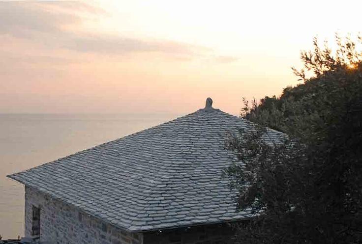 Παραδοσιακή Πέτρινη Πηλιορείτικη Σκεπή | Traditional stone made roof in pelion by Petrogonia