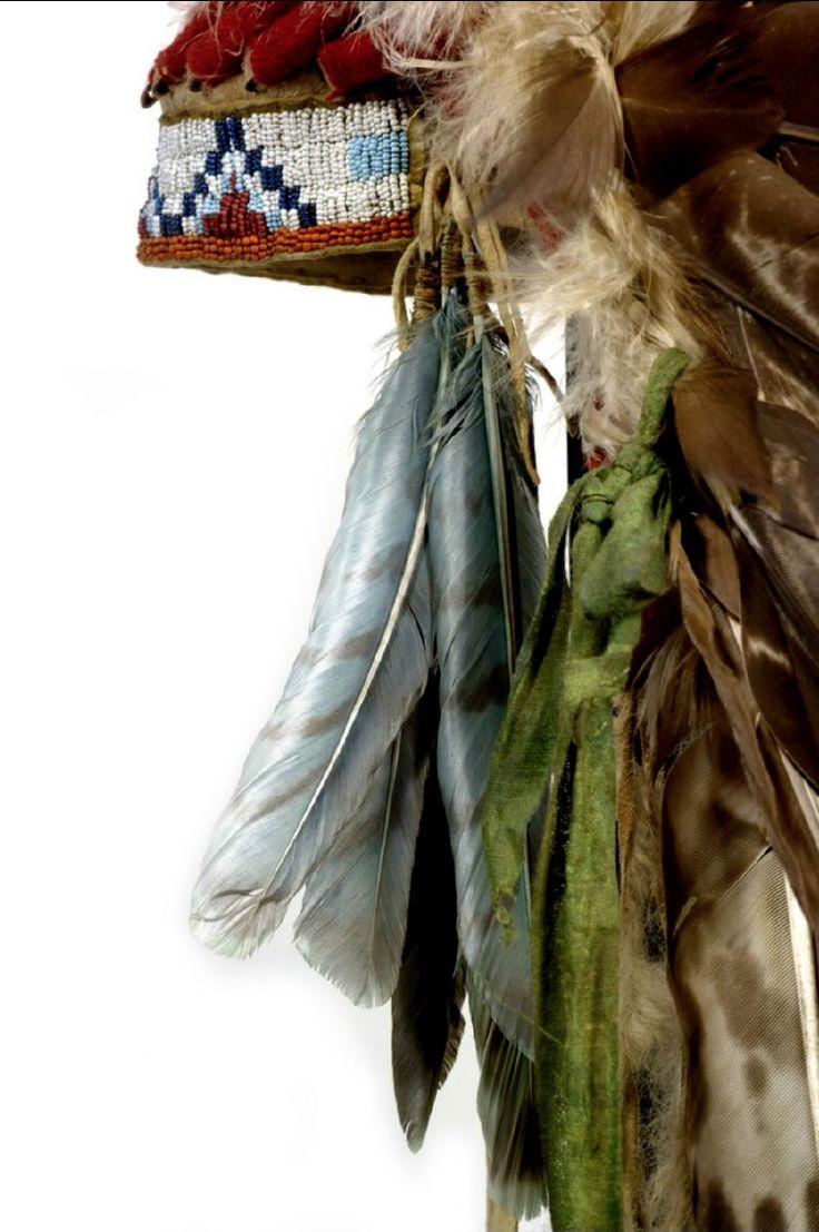 CABELLERA CHEYENNE en plumas, ceremonias. (detalle)