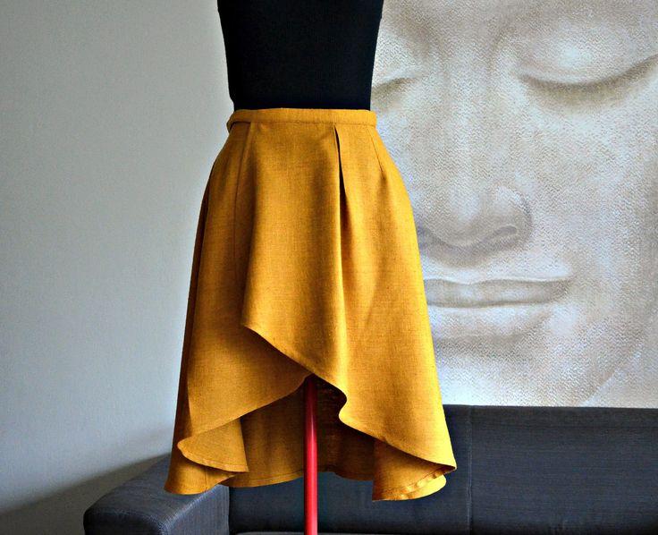 Hedvábná zavinovací - šafrán Zavinovací sukně s asymetrickou délkou. Díky zavinovacímu efektu je v pase poměrně variabilní (lze regulovat o cca 15 cm). Dlouhé vázačky - lze zavazovat vzadu nebo na boku. Můžete nosit v pase, sníženém pase nebo na bocích. Materiál: 100% přírodní hedvábí - buretové hedvábí- je to hrubě tkaná těžší látka tkaná z buretových ...