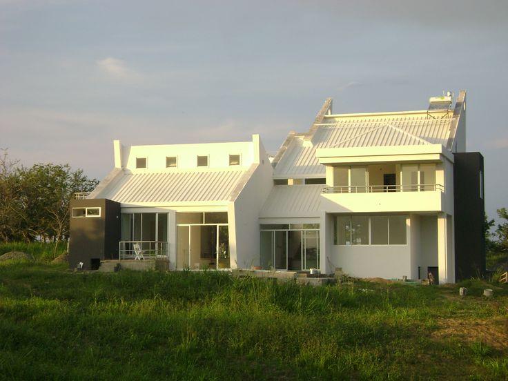 casa ecológica diseñada y construida por Rodrigo Medina ARQUITECTO EN PEREIRA  COLOMBIA PARGE CERRITOS