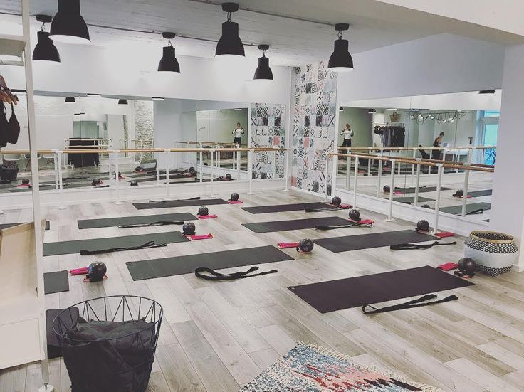 TODAY PILATES CLASS BARRE BABY BARRE 3 x BARRE STRETCHINGS @youpila.company with @cza_cat @susy4685 @lavieconni @judithweischer  ___________________________________________________________  #schedule #barreworkout #lovemygirls #cardiobarre #barreburn #pilatesmatwork #goodplace #youpilacompany #barrelinas #fitfam #fitgirls #inspiring #barreworkout #passion #barrelove #barreaddict #style #matwork #düsseldorf #location #barreaddict #barrebabe #barrelife #legs #architecture #corneliadingendorf…