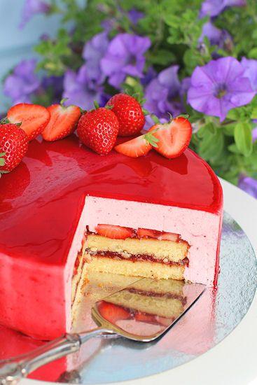 Blogini täyttää ensi kuussa 5 vuotta ja mikä olisi parempi tapa juhlistaa blogin kesäsynttäreitä kuin säihkyvä mansikkajuustokakku & ...