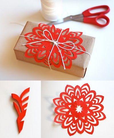 как красиво упаковать подарок своми руками: идея со снежинкой