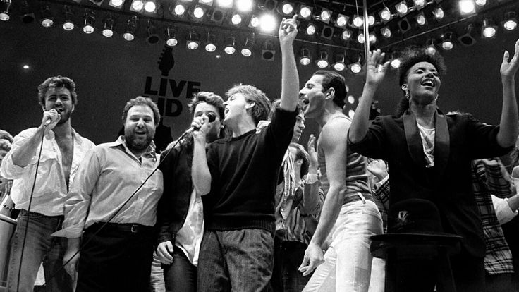Live Aid Konzert im Londoner Wembley Stadium stehen Popstar Geroge Michael, Konzert Promoter Harvey Goldsmith, Bono von U2, Paul McCartney, Chef-Organisator Bob Geldorf, Queen-Frontmann Freddie Mercury (v.l.n.r.) und viele weitere Stars auf der Bühne