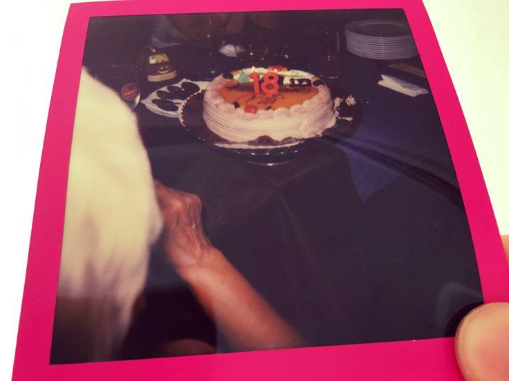 """""""Por todo el amor que nos has dado y lo que hemos aprendido de ti"""", reza la placa que le hemos regalado a mi madre en su 18º cumpleaños con una fiesta sorpresa y una tarta con el número 18.  De pequeños siempre nos decía a mi hermana y a mí que tenía 18. Cuando empezamos a ser mayores comenzamos a sospechar que a lo mejor no era del todo verdad. Pero, vaya, que al final mi madre, como siempre, tenía razón. Por muchos 18 más!!!"""