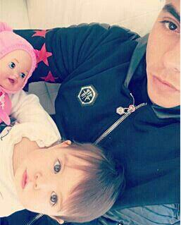 Edu con su hijita y la muñeca de antonella ♥