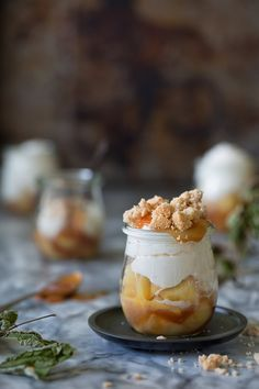 Apple caramel trifle with cashew crumble Apfel-Karamell Trifle mit Cashew-Crumble