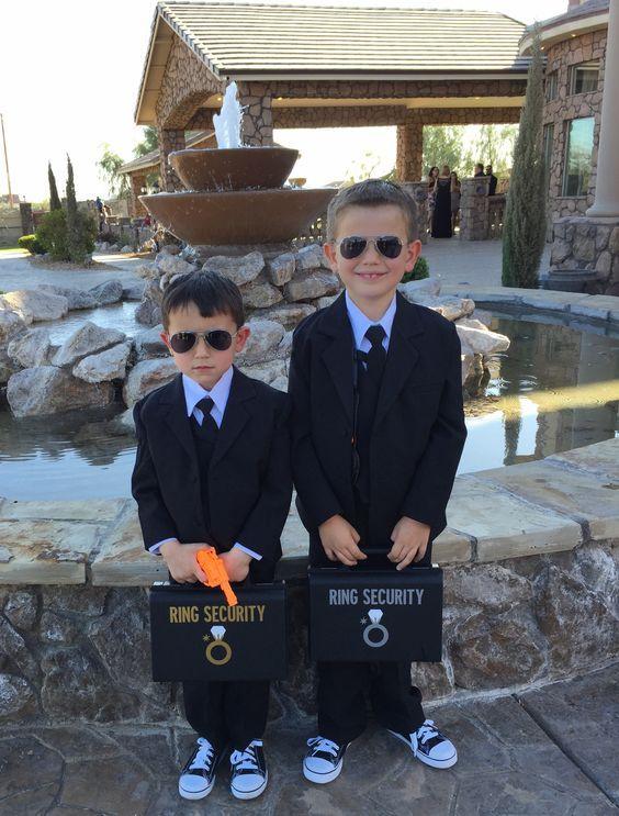 Idea niño con anillos de boda - un gracioso guardia de seguridad sea quien traiga los anillos