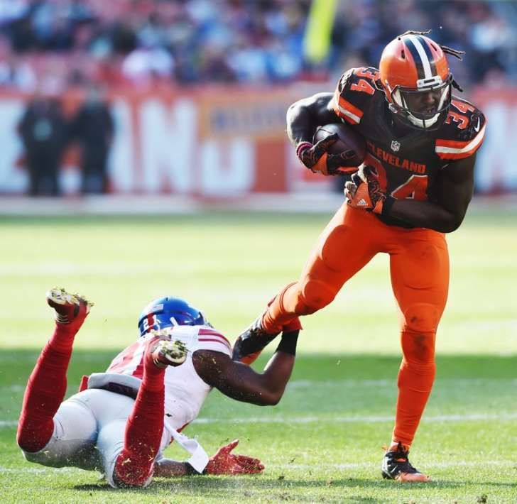 NFL: New York Giants at Cleveland Browns: Nov 27, 2016; Cleveland, OH, USA; Cleveland Browns running back Isaiah Crowell (34) runs with the ball as New York Giants strong safety Landon Collins (21) tries to make the tackle during the first half at FirstEnergy Stadium. Mandatory Credit: Ken Blaze-USA TODAY Sports