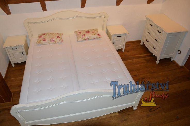 Manželská postel, noční stolky a komoda, dubové dřevo, nastřik krycí bílou barvou, patinované.