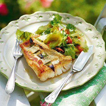 Gespicktes Zanderfilet mit geschmortem Salat Rezept | Was für eine köstliche Idee: Wir servieren Fisch auf geschmortem Salat. Romana, Radiccchio, Chicorée und Endivie sind klassische Schmorsalate – und die könnt ihr natürlich alle für unser leichtes Sommer-Rezept verwenden.
