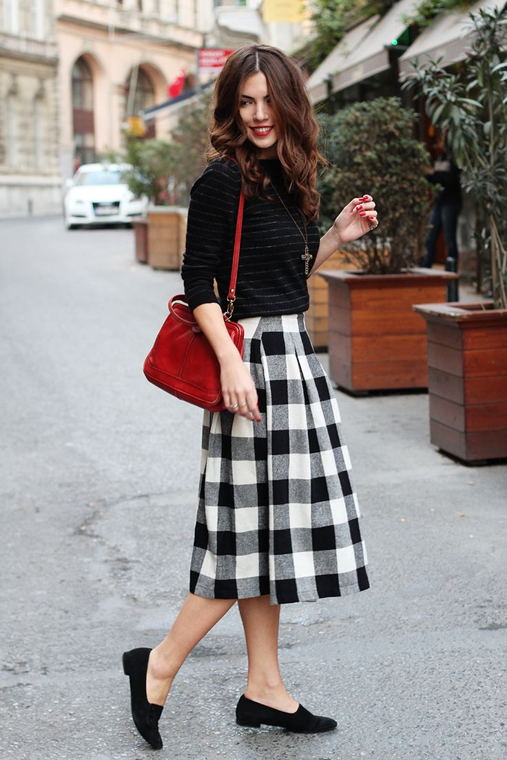 Hourglass, monochrome, black, white, red, outfit, fall, winter, flats, skirt, sweater, women's, style, street, blogger