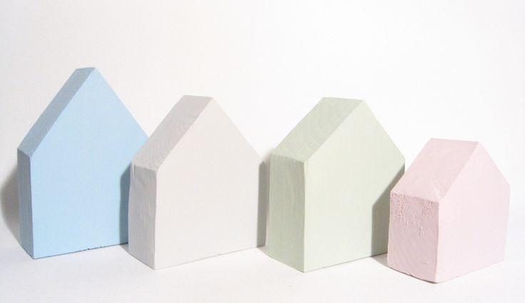 Dřevěné+domečky+-+vánoční+dekorace+Barevné+dřevěné+domečky.+Ve+skutečnosti+jsou+krásnější+(jak+jinak),+v+pastelových+barvách.+Rozměry:+Modrý+-+cca+9,8+x+13,5+x+4,3cm+Šedý+-+cca+9,6+x+11,7+x+4cm+Zelený+-+cca+9,7+x+11,7+x+4,1cm+Růžový+-+cca+8,7+x+9+x+4,1cm+Krásná+dekorace+na+stůl,+komodu+i+poličku.+Jedná+se+o+ruční+práci+ze+dřeva,+tedy+drobné+nedokonalosti+jsou...