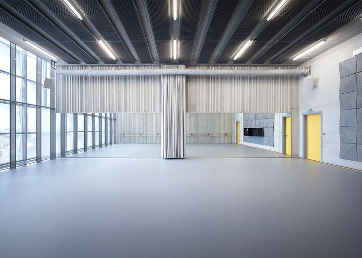 Tiles of perforated and folded metal envelop Dance School Aurélie Dupont in Paris by Lankry Architectes, creating rows of diamond-shaped protrusions interieur dans school spiegel gordijnen plafond kleuraccent verlichting gietvloer sportvloer