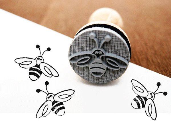 Ein süßer Stempel um tolle DIY Projekt zu gestalten. Ob Karten, Geschenkanhänger, Einladungen uvm deiner Fantasie sind keine Grenzen gesetzt. Den Stempel Biene bekommst Du bei www.party-princess.de. Mit dem Stempel kann man auch wunderbar Honiggläser gestalten und als Geschenkidee für einen Imker.