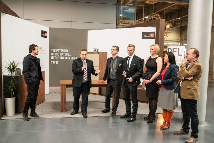 Przemysław Strzyż, Dyrektor Marketingu, prowadzi event na stoisku PFLEIDERER - spotkanie z Oskarem Ziętą i przedstawicielami firm współpracujących z PFLEIDEREREM.