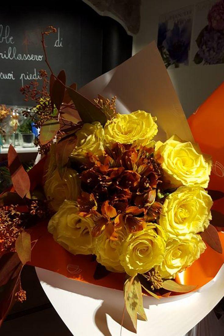 Romanticismo e raffinatezza racchiusi in un bouquet di rose dai toni caldi! #fiori #fiorito #rose #fioritofranchising #negozidifiori #emozioni #bellezza