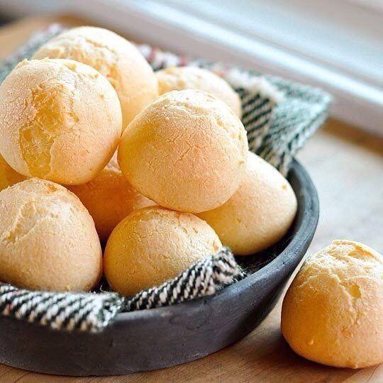Pão de Queijo är ostbröd/ostbollar som är en specialitet och säljs som gatumat/snacks i Brasilien. Ostbollarna görs på tapiokamjöl eller tapiokastärkelse och smakrika ost/ostar t ex parmesan och/eller cheddar. I Frankrike har de sina Gougères ostbollar som görs på vetemjöl. Så Pão de Queijo är glute