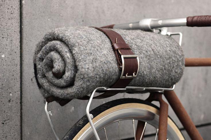 Utiliser une vieille ceinture pour enrouler couverture pique-nique
