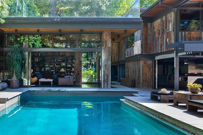 Nichée sur les collines d'Hollywood, cette villa moderniste invite à une douceur de vivre. Une oasis de verdure à deux pas du Sunset Strip.