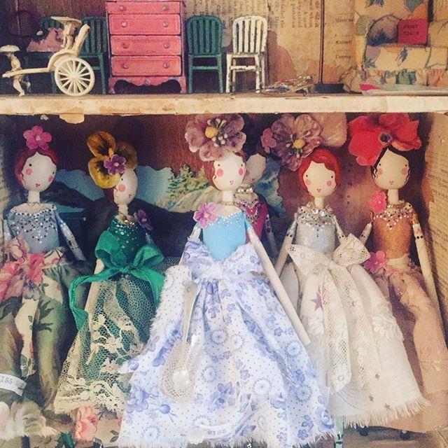 Fairies settling down for the night #themagpieandthewardrobefairy #sammckechniedolls #themagpieandthewardrobe #englishdollmaker #englishdoll