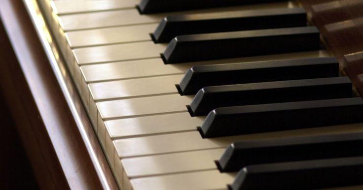 Como aprender acordes de piano e órgão em um minuto. Os acordes são os blocos de construção da música, mas existem centenas de combinações possíveis de acordes disponíveis. Uma olhada em um dicionário de acordes para piano e órgão pode ser esmagadora. Você pode pensar que levaria uma vida inteira para aprender a tocar todos os acordes que você vai encontrar. O truque para aprender acordes ...