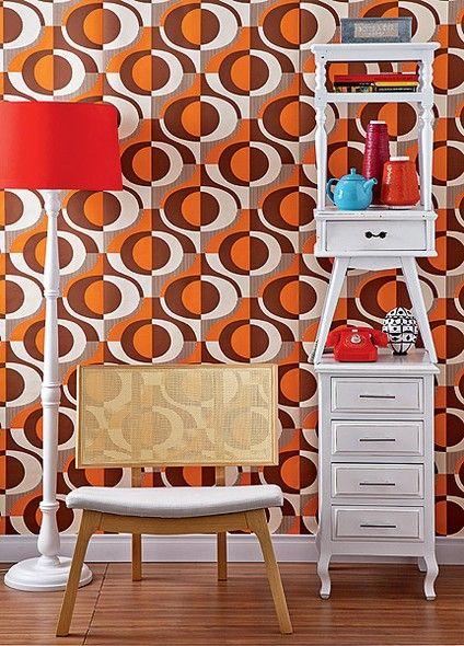 O papel de parede laranja tem estampa psicodélica. Produção de Tatiana Guardian