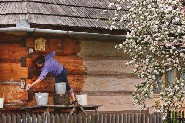 Historyczna zabudowa Chochołowa. Tradycyjne mycie chałup, wodą z mydłem.