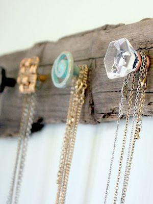 Romantique, ces jolies poignées de porte fixées sur une vieille planche en bois ; pour stocker des bijoux, foulards, ceintures, etc.